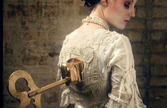 Kvinne med nøkkel i ryggen