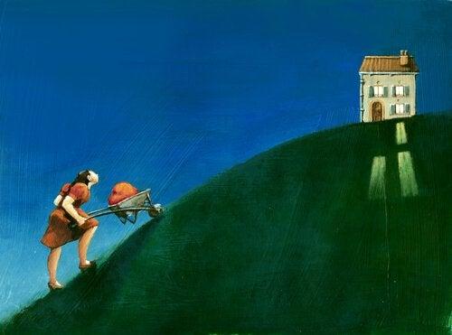 kvinne med trillebar pa vei opp bakke