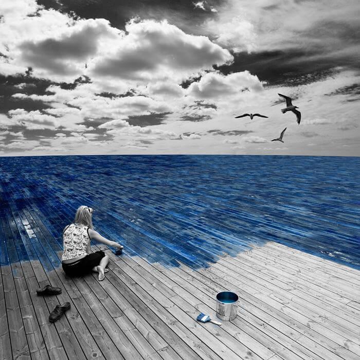 kvinne maler havet