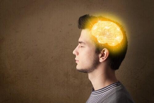 Mann med lysende hjerne