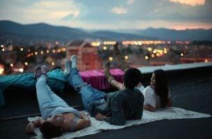 Venner på taket gjør netter til morgener