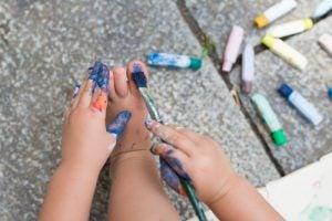 Barn gjør forbudte ting som å male på seg selv
