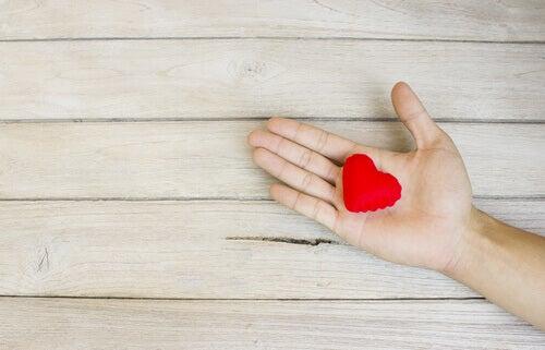 Dersom du faller, hjelper jeg deg opp: Hjerte i hånd