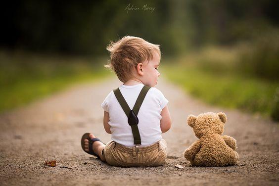 liten gutt sitter pa en sti
