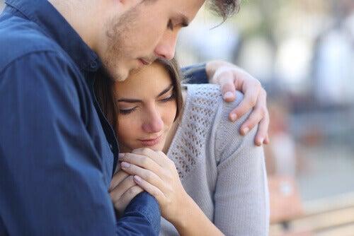 Komfortsonen i et forhold: Mann gir klem til trist kvinne