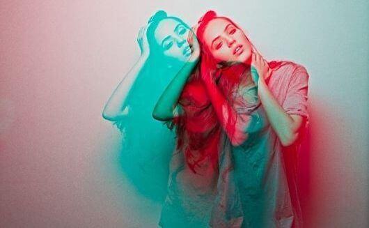 Kvinne i rødt og blått