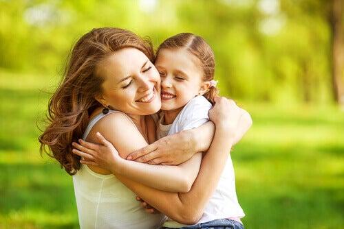Mor og datter gir hverandre fysisk omsorg