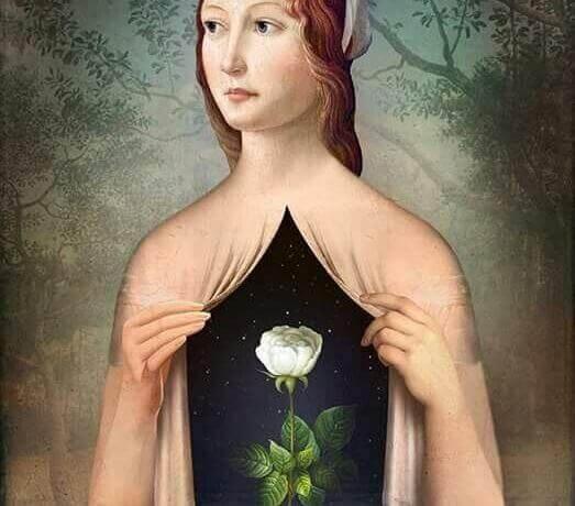 kvinne med rose i brystet