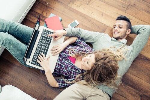 Mann og kvinne har nådd komfortsonen i et forhold