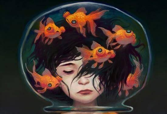 kvinne med hodet i en fiskebolle