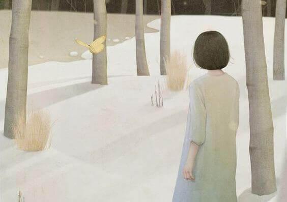 kvinne ser pa sommerfugl