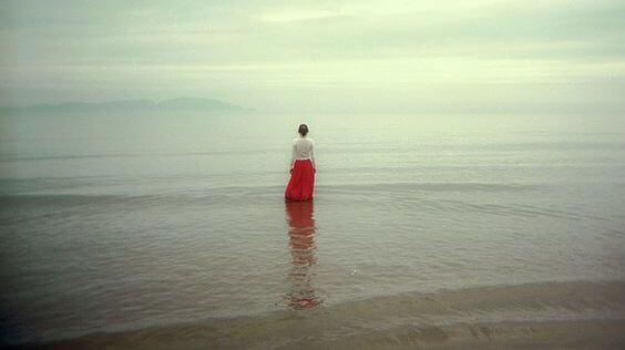 kvinne star i havet