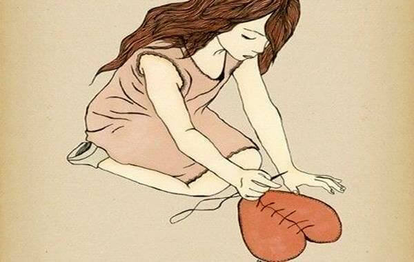 kvinne syr sammen et hjerte