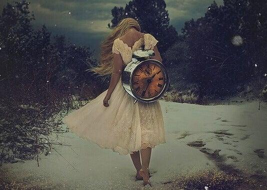 kvinne med klokke pa ryggen
