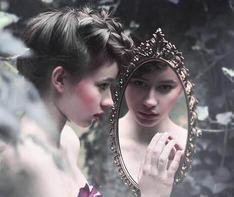 kvinne i speil