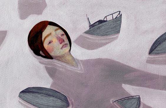 kvinne flyter i havet