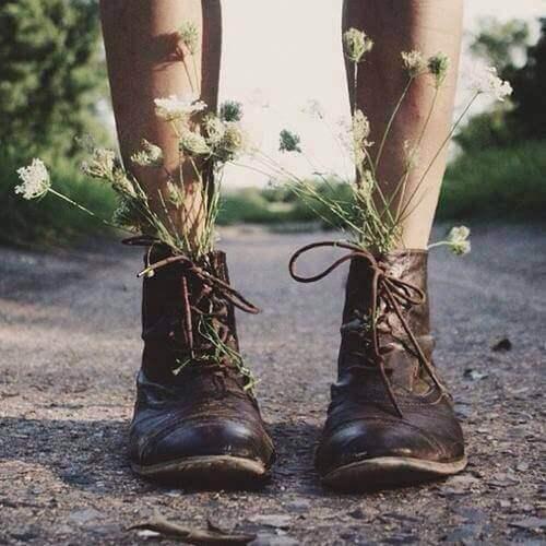 Blomster vokser ut av sko