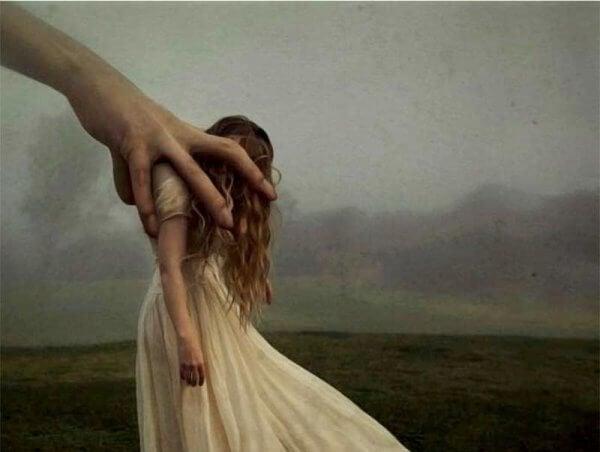 Hånd dytter jente