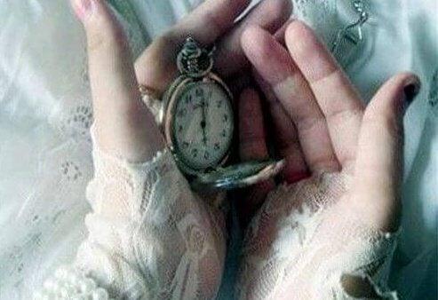 Hender holder ur