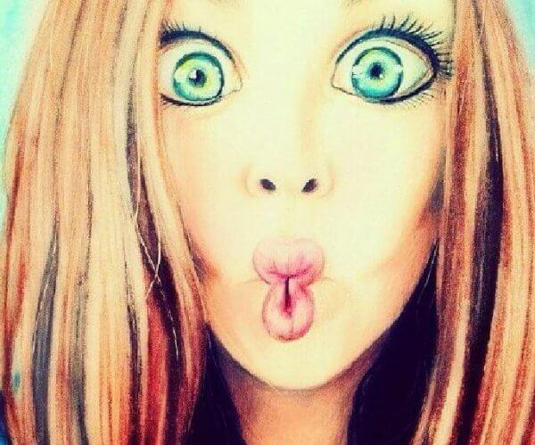 Jente lager morsomt ansikt