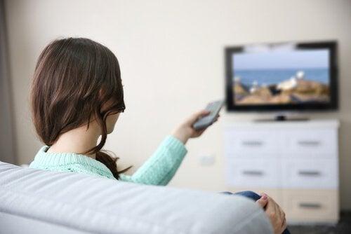 Kvinne ser på film