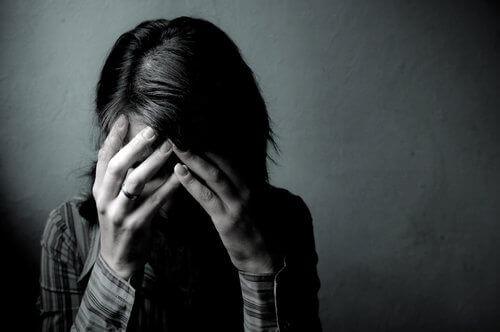 kvinne som er trist over en type smerte som ikke har noe navn