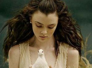 Jente holder fugl