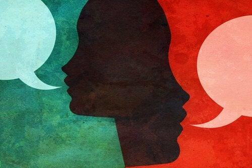to personer snakker