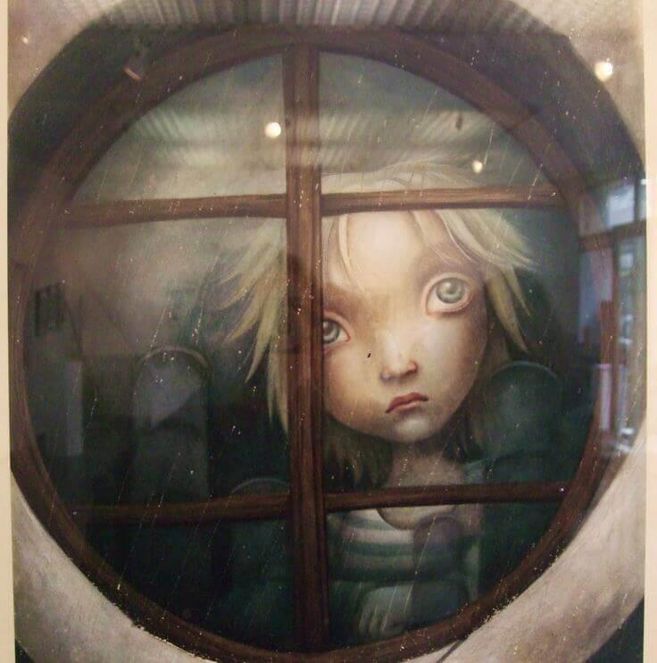 trist barn ser ut av vinduet
