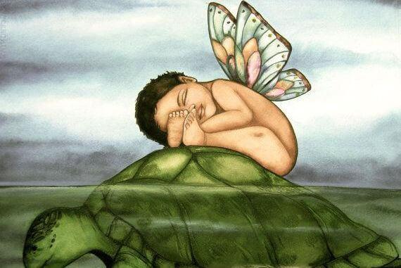 Baby med vinger på en skilpadde