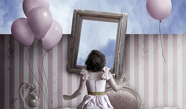 jente foran speil med ballonger