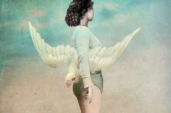 Kvinne med fugl under armen