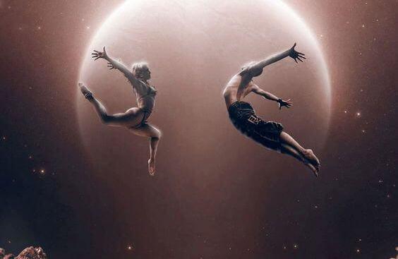 To personer danser i luften foran månen