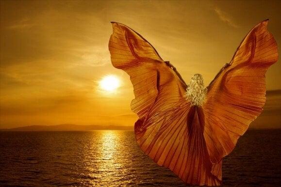Kvinne ved havet med vinger