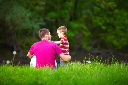 Sønn og far i gress