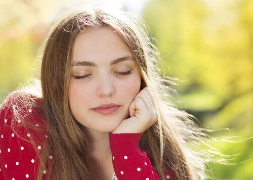 Jente med lukkede øyne