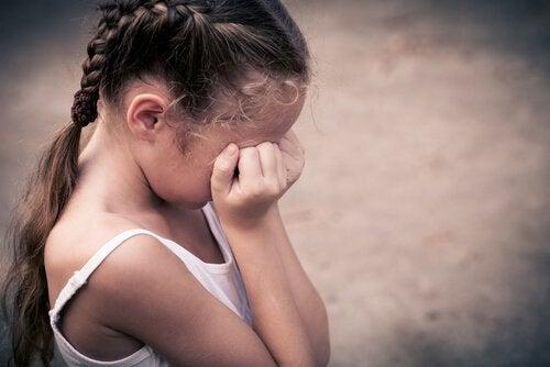 Jente gråter