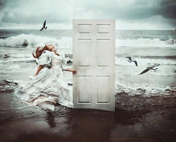 Kvinne åpner dør ved havet