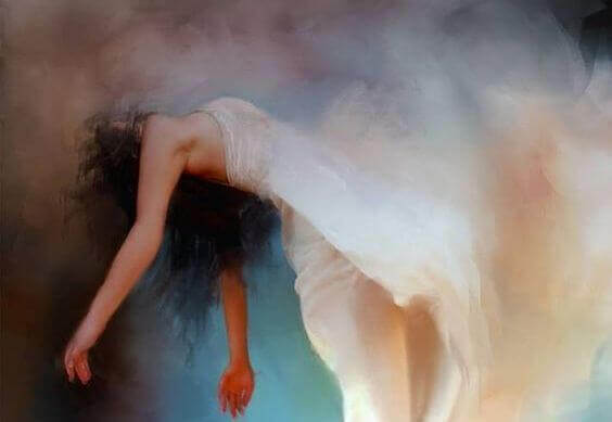 Kvinne i hvit kjole flyter