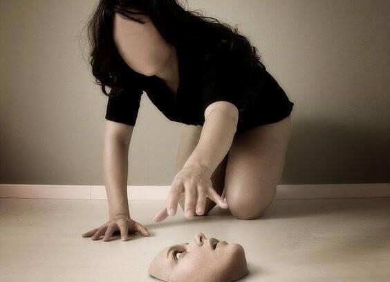 Kvinne med en psykisk lidelse har mistet ansiktet sitt på gulvet