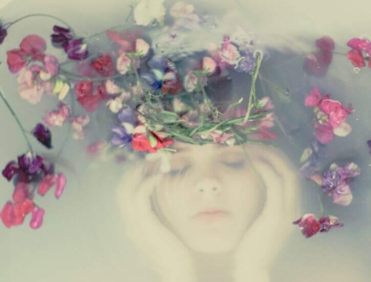 kvinne med blomsterkrans under vann
