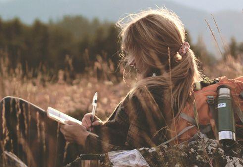 Kvinne skriver utendørs