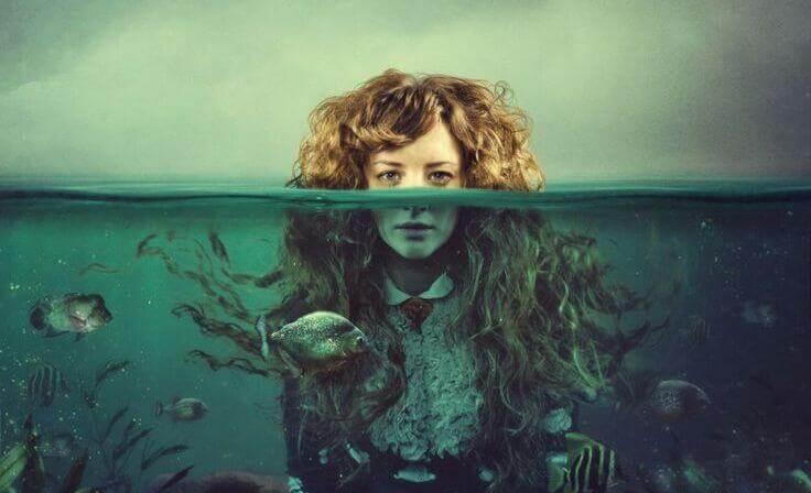 Kvinne med halve hodet over vann