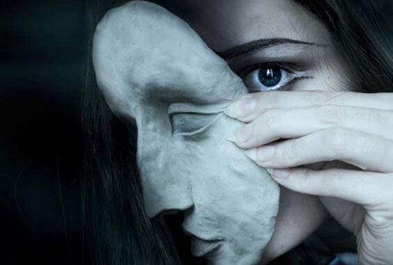 Kvinne bak maske