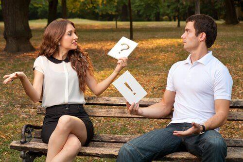 Mann og kvinne sitter på benk