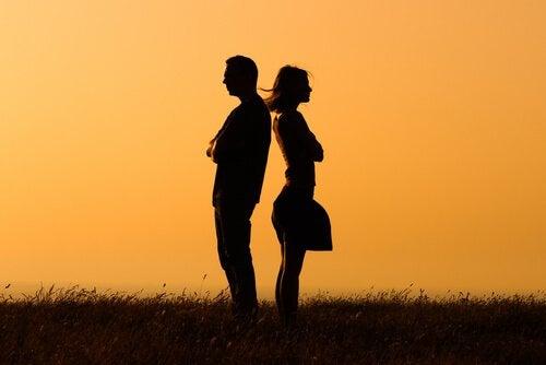 Mann og kvinne ute