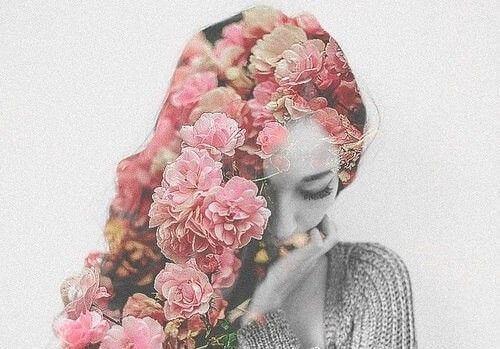 Kvinne med hår av blomster