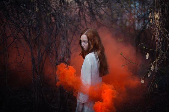 Jente i rød røyk