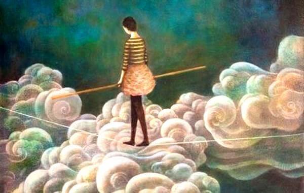Kvinne går på line over skyene