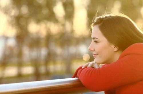 Snu negative tanker til positive - Glad kvinne i naturen